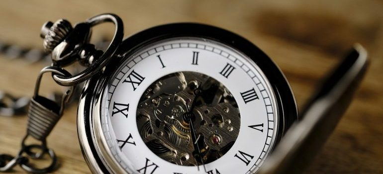 Picture of a clock. Starting the preparations on time is the best way to deal with moving anxiety