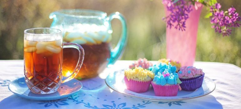 Ice tea and cupcakes.